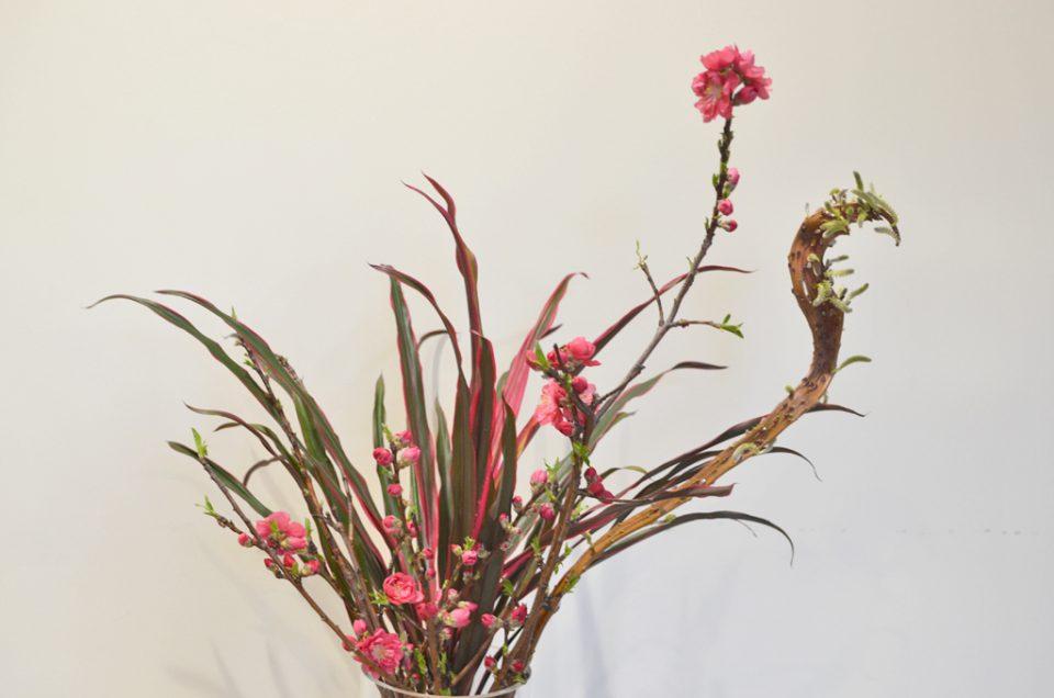 フロントに花を飾る。